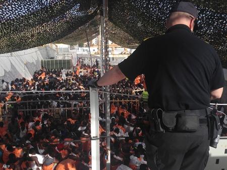 Người di dân chờ đợi trên tàu cứu hộ ở bến cảng Palermo - Ảnh: AFP