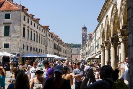 Stradun, con lộ chính của khu phố cổ Dubrovnik bao giờ cũng rất đông du khách - Ảnh: inyourpocket.com