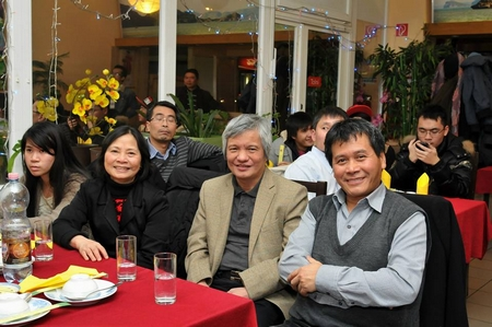 TS. Trần Quốc Bình (ngoài cùng bên phải) trong cuộc gặp gỡ và giao lưu với GS. TS. Vũ Hà Văn do NCTG tổ chức (tháng 1-2014) - Ảnh: Trần Minh Tâm