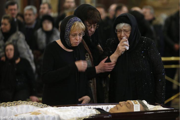 Bà quả phụ cố đại sứ Nga, và thân mẫu ông trong tang lễ của nhà ngoại giao tại Nhà thờ Đấng Cứu thế (Moscow) - Ảnh: Mikhail Japaridze