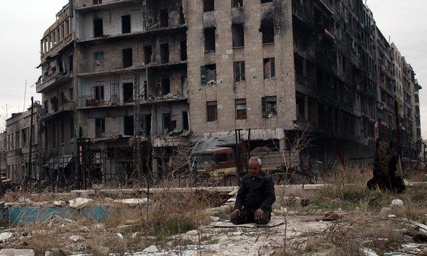 Một người đàn ông cầu nguyện gần thánh đường Hồi giáo Umayyad tại thành phố Aleppo đổ nát - Ảnh: STR/EPA