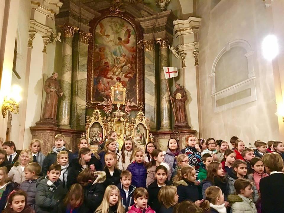 Dàn đồng ca của các học sinh diễn trong nhà thờ - Ảnh do nhân vật cung cấp