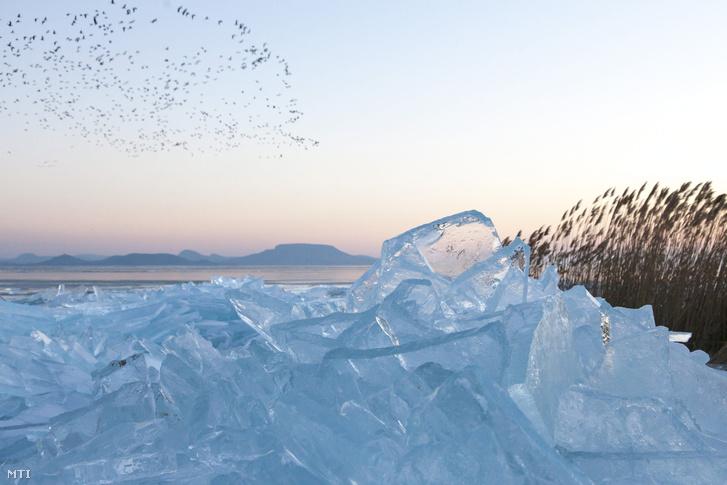 Hồ Balaton đóng băng - Ảnh: Varga György (MTI)