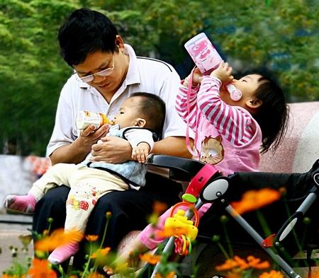 Đàn ông Việt cũng có thể cưng chiều và chăm lo vợ con... - Minh họa: kienthuc.net.vn