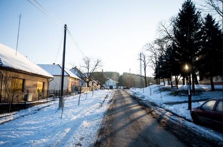 Kỷ lục về lạnh trong ngày 8-1 được thiết lập ở làng nhỏ Tésa nằm sát biên giới với Slovakia, nơi không có trường học, không có cửa hiệu và hàng quán - Ảnh: Tuba Zoltán (index.hu)