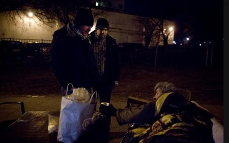 Những ngày lạnh lẽo kinh hoàng đối với người vô gia cư - Ảnh: Ajpek Orsi (index.hu)