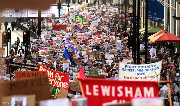 Biểu tình ở London phản đối sắc lệnh bị coi là kỳ thị di dân của Tổng thống Mỹ Donald Trump. Ngày 4-2-2017 - Ảnh: Sean Dempsey (MTI/EPA)