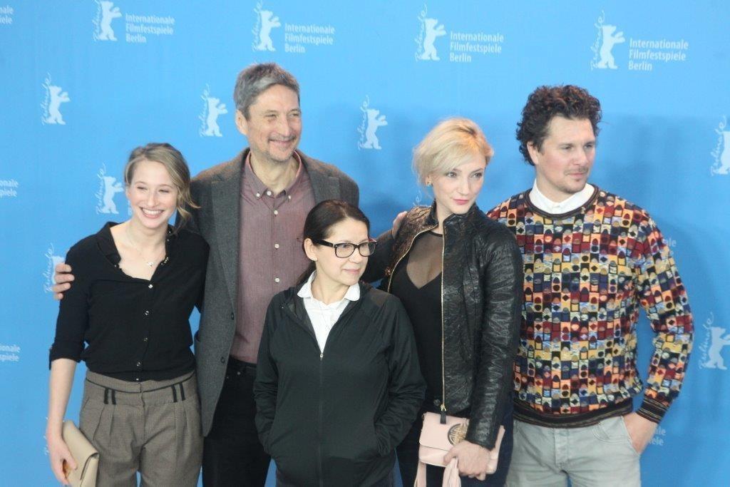 Cùng các diễn viên của bộ phim - Ảnh: Cinematografo