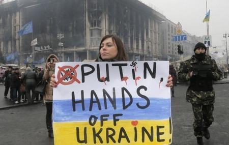 Một phụ nữ cầm trên tay poster phản đối sự can thiệp của nước Nga Putin vào Ukraine (Quảng trường Độc lập, Kiev, ngày 6-3-2014) - Ảnh: Efrem Lukatsky (AP)