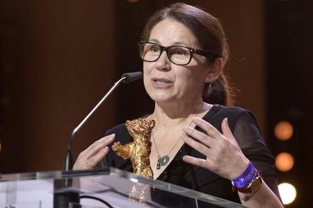 Đạo diễn Enyedi Ildikó với giải Gấu Vàng - Ảnh: Internet