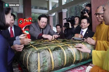 Bánh chưng 7 tạ dâng tặng thân mẫu Hồ Chí Minh - Ảnh: soha.vn