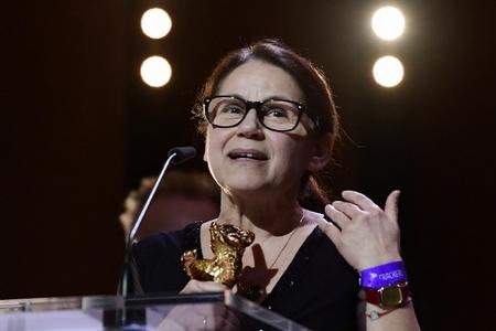Đạo diễn Enyedi Ildikó cùng Gấu Vàng tại lễ trao giải (Berlin, 18-2-2017) - Ảnh: Tobias Schwarz (AFP)