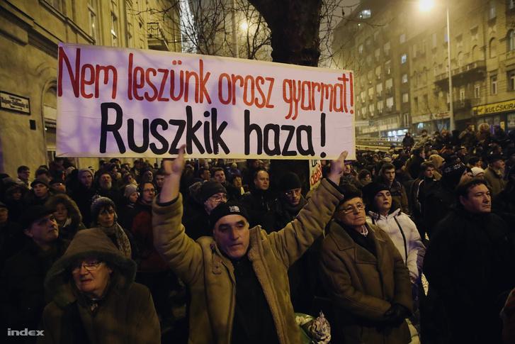 """Người biểu tình giơ biểu ngữ """"Chúng ta sẽ không trở thành thuộc địa của Nga. Nga cút về nước đi!"""" - Ảnh: Huszti István (index.hu)"""