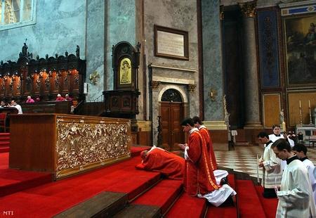 Đức Hồng y Erdő Péter, Giám mục giáo phận Esztergom - Budapest trong lễ Thứ Sáu Tuần Thánh tại Vương cung thánh đường Esztergom - Ảnh: Kovács Tamás (MTI)