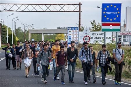 Người tỵ nạn rời Hungary sang Áo tại cửa khẩu Hegyeshalom (biên giới Hungary - Áo). Tháng 9-2015 - Ảnh: Krizsán Csaba (MTI)