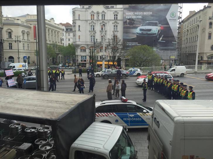 Cảnh sát giải tán nhóm biểu tình ngồi tọa kháng trước cầu Erzébet - Ảnh: Bạn đọc index.hu
