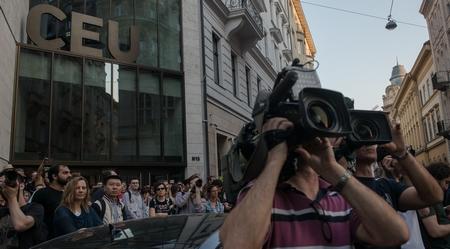 Biểu tình trước tòa nhà của Đại học Trung Âu - Ảnh: Hernádi Levente Haralamposz (index.hu)