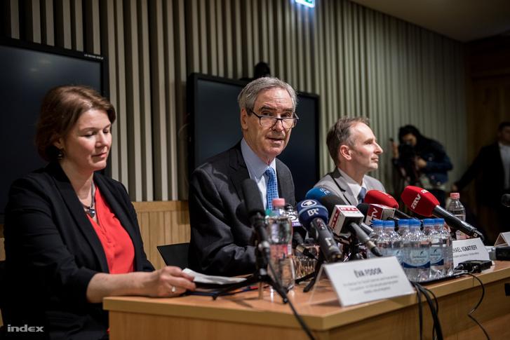 Hiệu trưởng CEU Michael Ignatieff trong cuộc họp báo ngày 29-3-2017 - Ảnh: Bődey János (index.hu)
