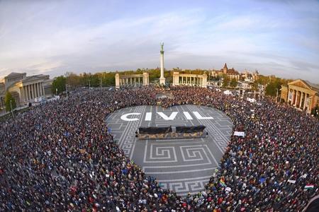 Các nhóm dân sự biểu tình phản đối chính sách thù địch của chính quyền Hungary - Ảnh: nepszava.hu