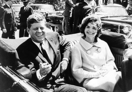 Vợ chồng tổng thống Kennedy vài giây trước vụ ám sát - Ảnh tư liệu