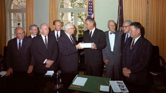 Ủy ban điều tra do Chánh án Tối cao Pháp viện Earl Warren đứng đầu trao kết quả điều tra cho Tổng thống Lyndon B. Johnson - Ảnh tư liệu