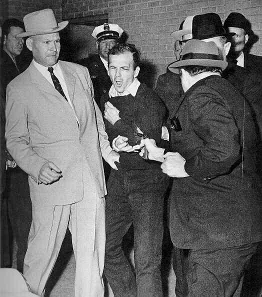 Lee Harvey Oswald đột ngột bị Jack Ruby hạ sát càng làm gia tăng những thuyết âm mưu trong vụ ám sát JFK - Ảnh tư liệu