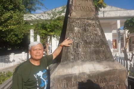 Nhà thơ Nguyễn Huy Hoàng bên cột mốc chủ quyền do chính phủ Việt Nam Cộng Hòa dựng năm 1956 - đảo Song Tử Tây