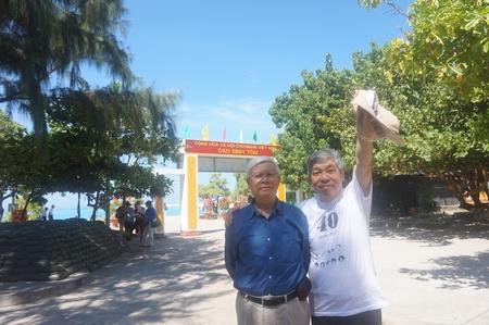 Với dịch giả Giáp Văn Chung tại đảo Sinh Tồn