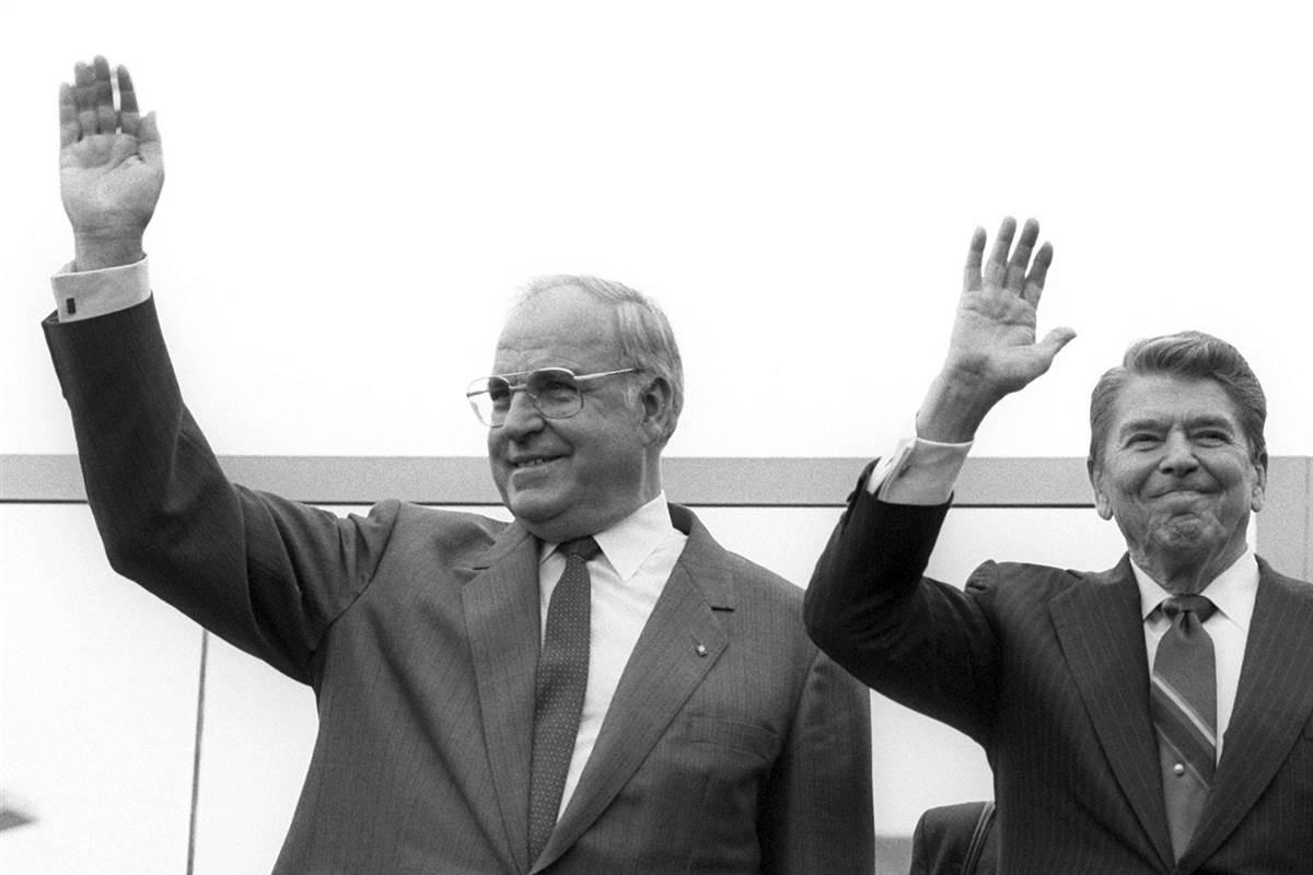 """Cùng Tổng thống Mỹ Ronald Reagan, người thách thức Gorbachev """"hãy phá vỡ bức tường này!"""" - Ảnh tư liệu"""