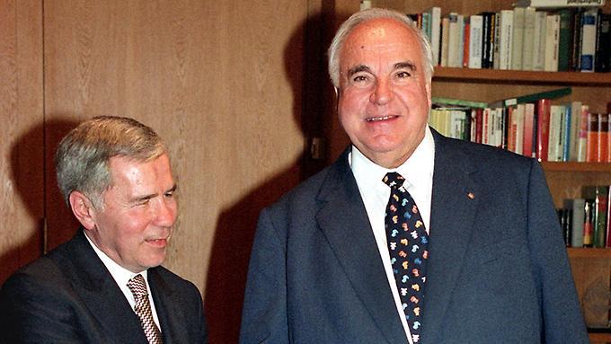 """Helmut Koln và Ngoại trưởng Hungary Horn Gyula, người """"dỡ viên gạch đầu tiên của bức tường Berlin"""" bằng cách đưa ra quyết định mở biên giới Áo - Hung cho 60-80 ngàn người tỵ nạn Đông Đức"""