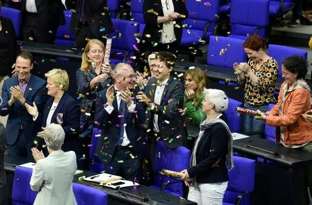 Các thành viên Đảng Xanh vui mừng khi Quốc hội Liên bang thông qua đạo luật sửa đổi - Ảnh: Tobias Schwarz (AFP)