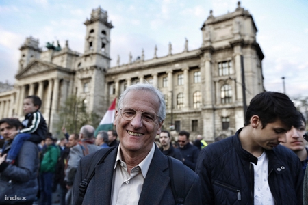 """Cựu tổng thống Sólyom László trong cuộc biểu tình phản đối """"lex CEU"""", tháng 4-2017 - Ảnh: Ajpek Orsi (index.hu)"""