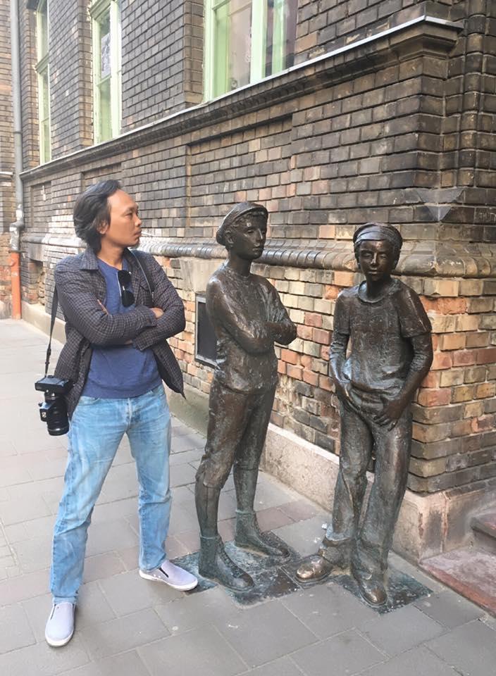 """Tác giả bên quần thể tượng """"Những cậu con trai phố Pál"""" tại Budapest"""