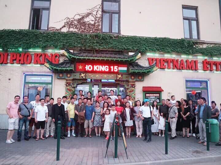 Hai đoàn Hungary và Ba Lan giao lưu trước ngày thi đấu - Ảnh: Minh Phúc