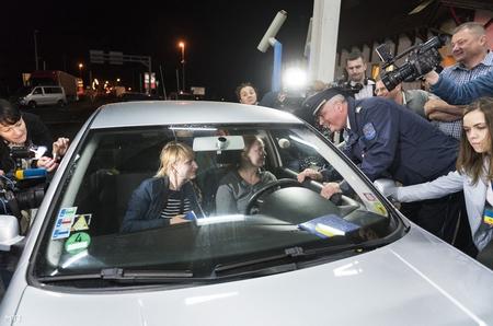 Đại tá cảnh sát Hudák Zsolt, Phó cảnh sát trưởng Sở Cảnh sát Tỉnh Szabolcs-Szatmár-Bereg chào đón những công dân Ukraine đầu tiên nhập cảnh Hungary trong ngày 11-6 tại cửa khẩu chính ở TP. Záhony - Ảnh: Balázs Attila (MTI)