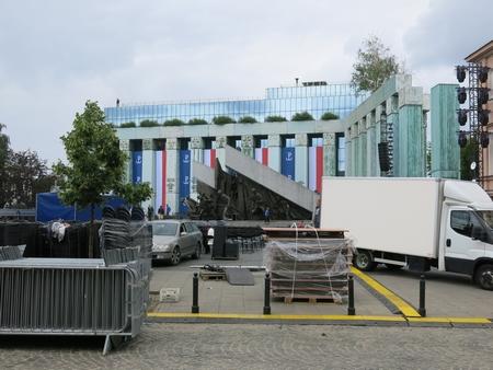 Quảng trường Krasiński bị ngăn nhưng không cấm du khách và người hiếu kỳ tới gần để xem