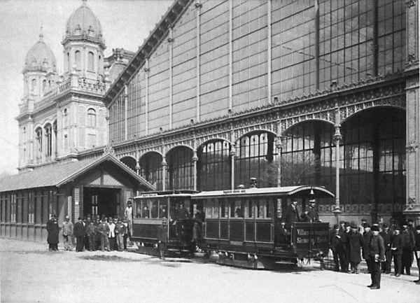 Tuyến tàu điện đầu tiên của Hungary được khởi động vào mùa thu 1887 tại Đại lộ Vòng cung Lớn, trước Ga Tây, và nối nhà ga với Phố Vua (Király utca). Báo chí đương thời tường thuật rằng tàu bao giờ cũng đông nghịt: năm 1890, có tới 4,5 triệu khách đi trên tuyến này! - Ảnh tư liệu