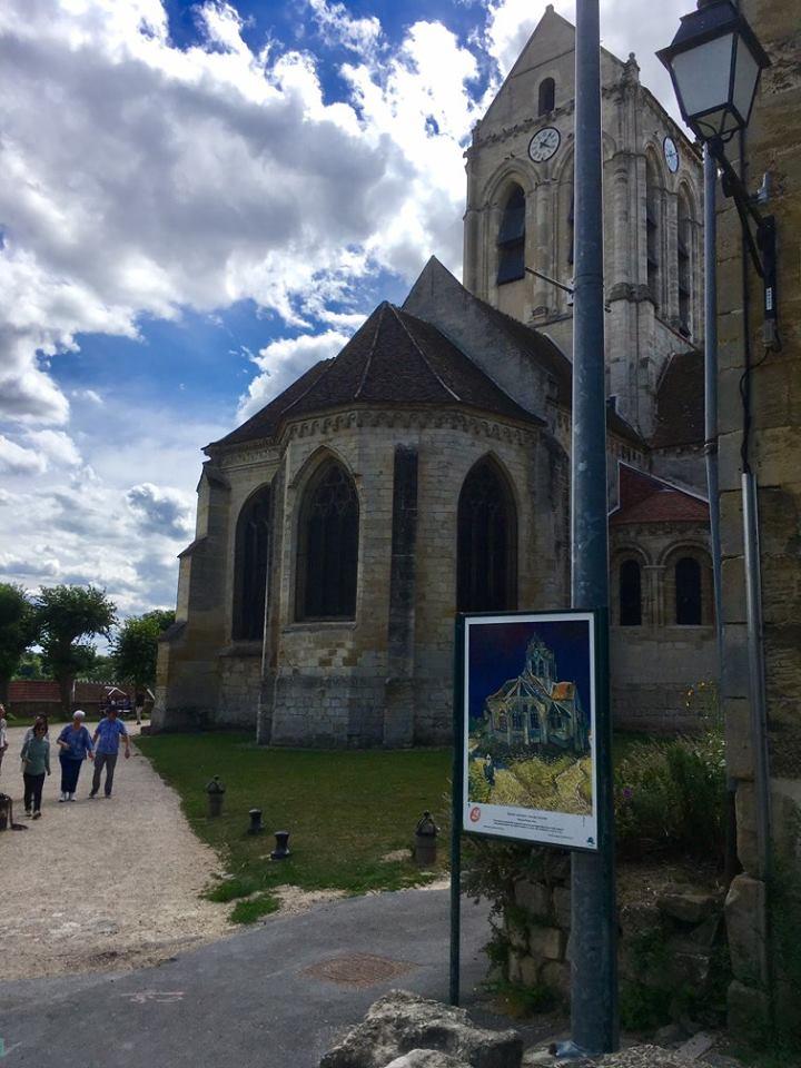 Nhà thờ Auvers và bức tranh tại chính góc đó, ẩn dấu sau mỗi màu sắc, chi tiết, là tâm sự và nổi u uẩn của người họa sĩ