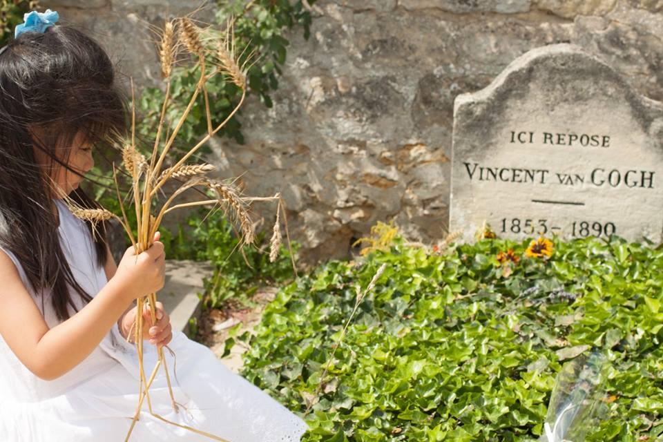 Con gái đặt trên mộ ông một nhành lúa mỳ sót lại trên cánh đồng, cạnh vài bông hướng dương đã khô ngả màu. Cũng thật tình cờ, ngày này 127 năm trước, ông được đưa ra yên nghỉ tại đây