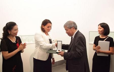 Bà Novák Katalin, Quốc vụ khanh Bộ Nguồn nhân lực Quốc gia Hungary trao Huân chương cho dịch giả Giáp Văn Chung