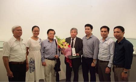 Dịch giả Giáp Văn Chung cùng các bạn hữu văn nghệ - GS. TS., nhà thơ Nguyễn Huy Hoàng, PGS. TS., dịch giả Trương Đăng Dung trong buổi lễ