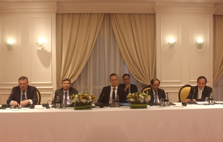 Ngoại trưởng Hungary Szijjártó Péter (giữa) trong buổi gặp mặt - Ảnh: Bích Ngọc