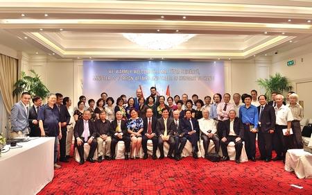 Các thành viên Hội Hữu nghị Việt Nam - Hungary chụp ảnh kỷ niệm - Ảnh: Trần Việt Trung