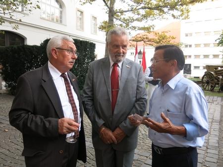 Tác giả trao đổi với Tướng quân Botz László, Chủ tịch Hội Hữu nghị Hung-Việt (người đứng giữa) - Ảnh: Trần Lê