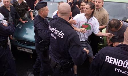 Budaházy György (áo trắng), kẻ chạm trán với cảnh sát như cơm bữa - Ảnh: internetfigyelo.wordpress.com