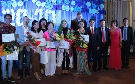 ĐS. Nguyễn Thanh Tuấn cùng các vị khách mời chụp ảnh kỷ niệm cùng các thí sinh đoạt giải - Ảnh: BTC sự kiện