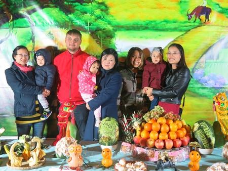 Các gia đình bên mâm ngũ quả được chuẩn bị rất công phu