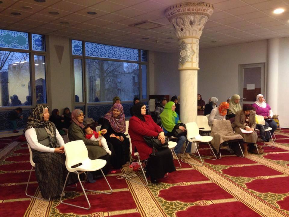 Sinh hoạt tín ngưỡng tại một giáo đường Hồi giáo ở Hungary - Ảnh: iszlam.com