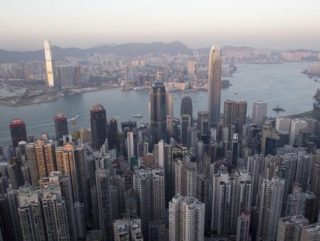 """""""Cảng thơm"""" đất hẹp người đông và thu hút vô số du khách Hoa - Ảnh: Bloomberg"""