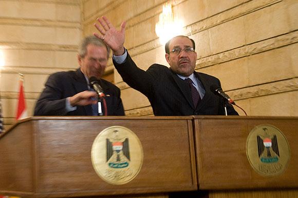 Tổng thống Mỹ George Bush bị ném giày ở Iraq (năm 2008), nhưng ông coi đó là chuyện không có gì đáng để tâm - Ảnh: Internet